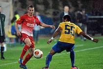 Fotbalový záložník Vladimír Darida (na archivním snímku vlevo) může s Freiburgem na jaro v Evropské lize zapomenout.