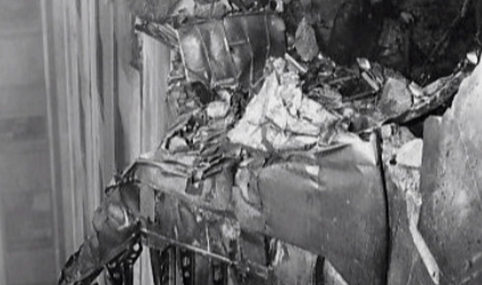 Kromě pilota a dvou členů posádky bombardéru zemřelo 11 lidí v budově