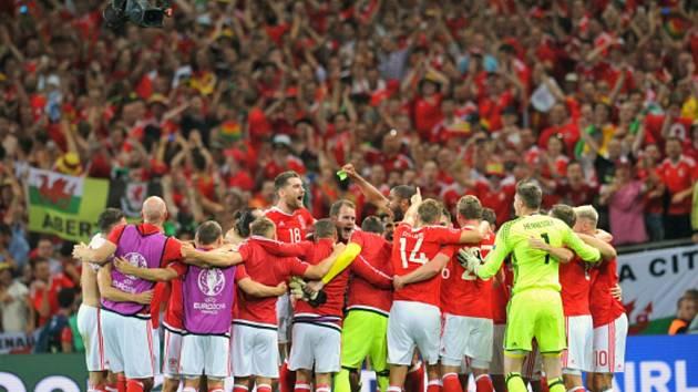 Fotbalisté Walesu se radují z vítězství nad Ruskem.