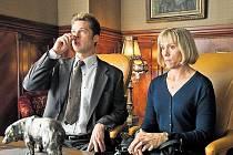 PŘÍSNĚ TAJNÉ. Chad (Brad Pitt) a Linda (Frances McDormandová) na konspirativní schůzce s ruskou rozvědkou...