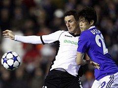 Aduriz z Valencie v souboji s Uchidou ze Schalke.