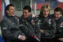 Ještě před zápasem ve Slovinsku bylo veselo. Teď už ale Feninovi (druhý zleva) a Kováčovi (druhý zprava) do smíchu není. Mají zdravotní trable.