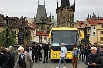 Řidič vjel s autobusem na Karlův most