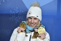 Ester Ledecká s medailemi - XXIII. zimní olympijské hry.
