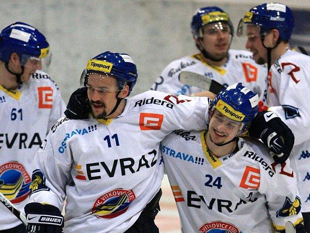 Viktor Ujčík (vlevo) a Ondrej Šedivý se radují z vítězství.