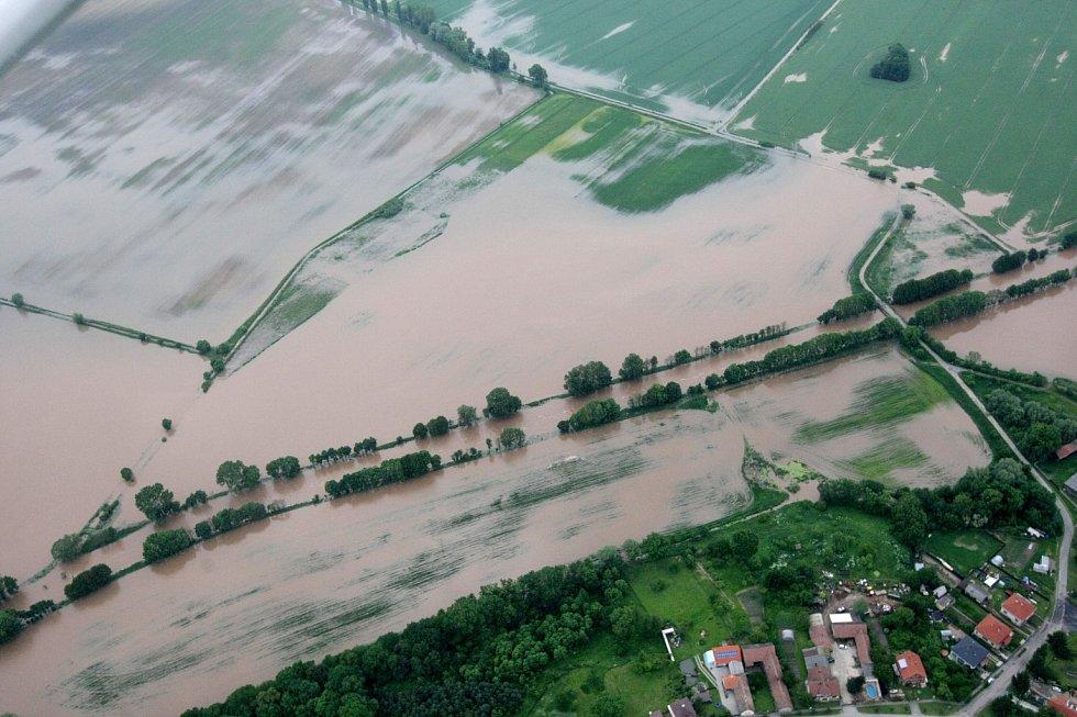Letecké snímky povodní. Zaplavená pole v okolí Nového Bydžova.