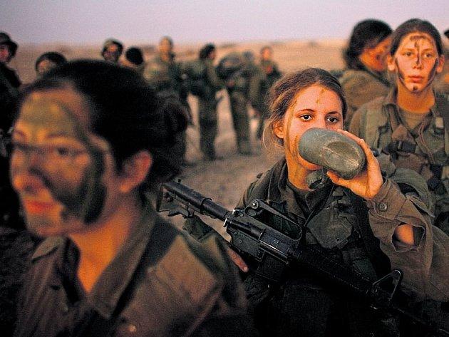 Dívčí válka. Izraelské ženy se občerstvují během vojenského výcviku na jihu židovského státu.