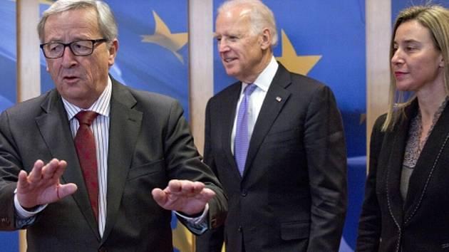 Joseph Biden uprostřed,  Jean-Claude Juncker, vpravo a Federica Mogheriniová.