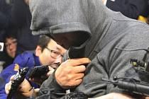 Kapitán jihokorejského trajektu, který ztroskotal se 475 lidmi na palubě, promluvil o okolnostech evakuace, kterou podle médií nařídil příliš pozdě.