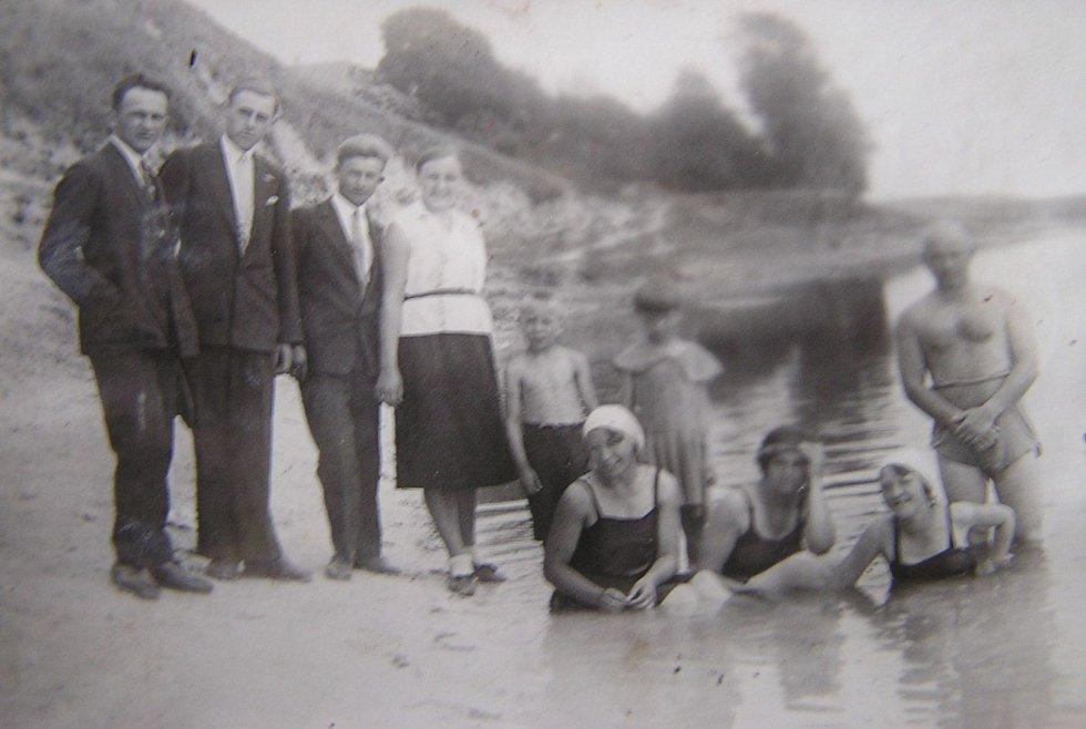 Koupání volyňských Čechů u Lucku v řece Styr