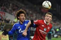 Mohuč - Schalke: Gaeten Bussmann (vpravo) a hostující Leroy Sane