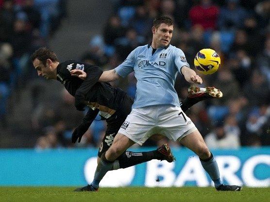 James Milner z Manchesteru City v akci.