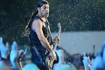 Robert Trujillo z americké metalové skupiny Metallica, která v průtrži mračen vystoupila 8. července v Praze na festivalu Aerodrome.