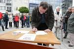 V Pardubicích na třídě Míru lidé demonstrovali za nezávislou justici. Požadují demisi ministryně Benešové.