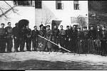 Členové partyzánského oddílu Olga na skupinové fotografii krátce po skončení druhé světové války