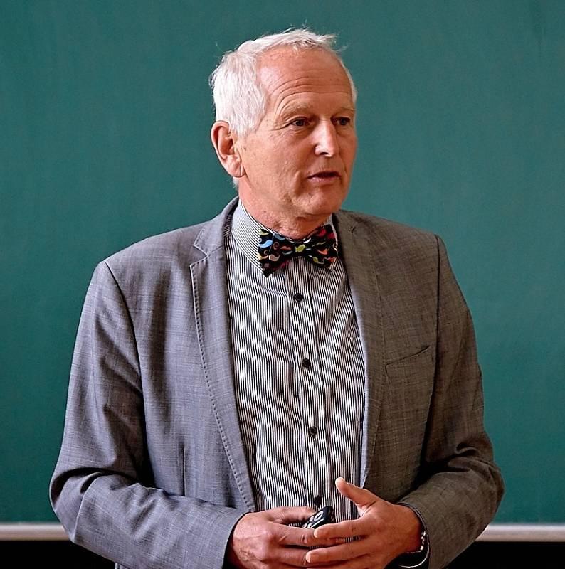 Jan Pirk patří v oboru kardiochirurgie ke světové špičce. Na snímku při přednášce na univerzitě třetího věku v Liberci