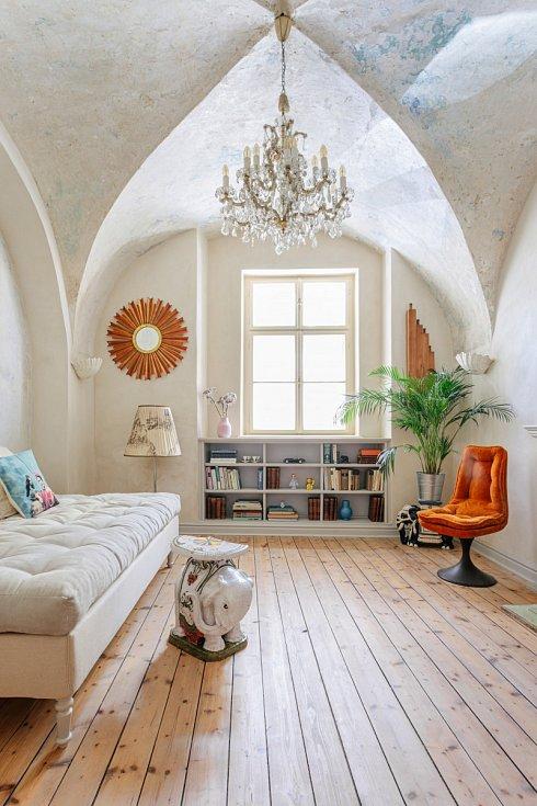 Po: Tmavý středověký byt s bílou výmalbou a hnědým nábytkem oživil dekor oškrabaného stropu, francouzský křišťálový lustr a zařízení ve světlých barvách s barevnými akcenty. Podlaha byla zbroušena a opatřena nátěrem s bílým pigmentem.