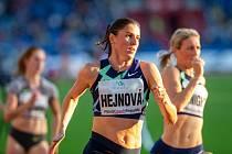 Domácí závodnice Zuzana Hejnová na trati závodu žen na 300 metrů překážek.