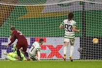 Sparťan Lukáš Juliš střílí jednu z branek do sítě Celtiku Glasgow v utkání Evropské ligy.