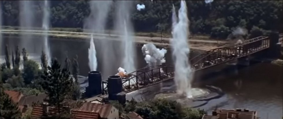 """Davelský most """"namaskovaný"""" jako most u Remagenu ve stejnojmenném americkém filmu, který se u nás natáčel v roce 1968"""