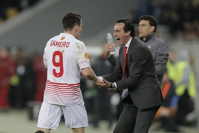 Kevin Gameiro oslavuje gól s trenérem Unai Emerym.