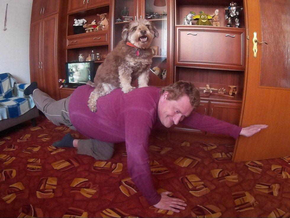 Pan Bohuslav doma cvičí se svým pejskem Sisinkou.