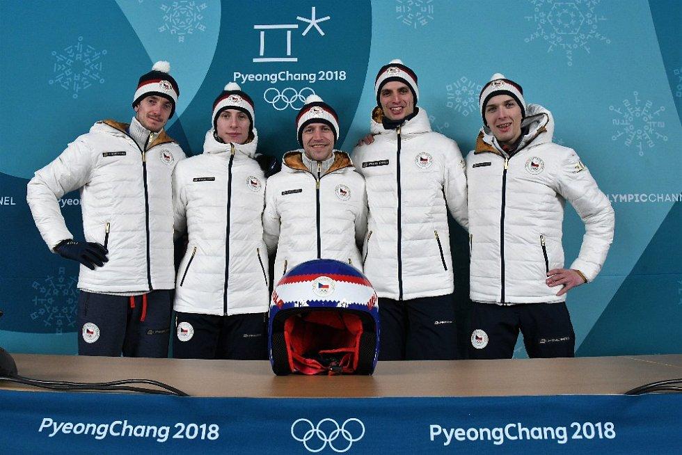 Přilba českých skokanů na lyžích má barvu čepice Jiřího Rašky