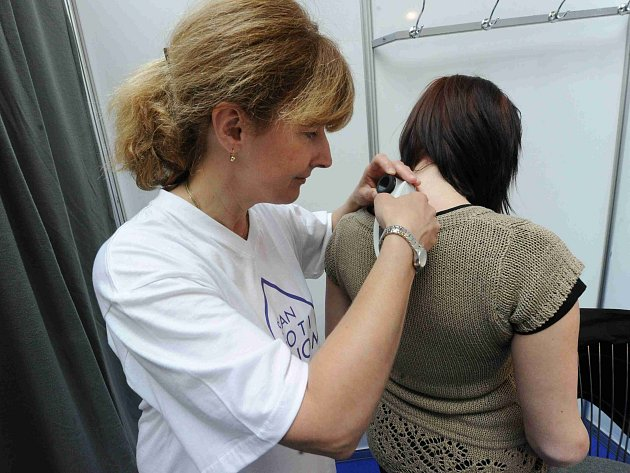 Vyšetření kůže. Ilustrační foto