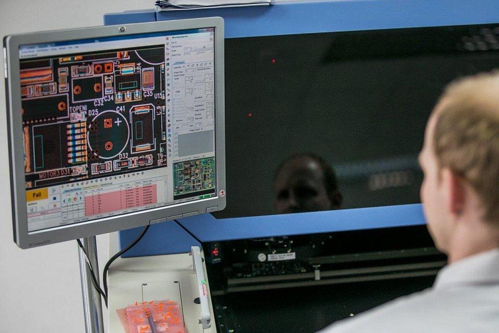 Výroba průmyslové elektroniky vzávodě vPříbrami, kde firma ročně zhotoví přes70 tisíc kusů, ztoho polovinu výrobní kapacity zabírají dodávky pro externí firmy