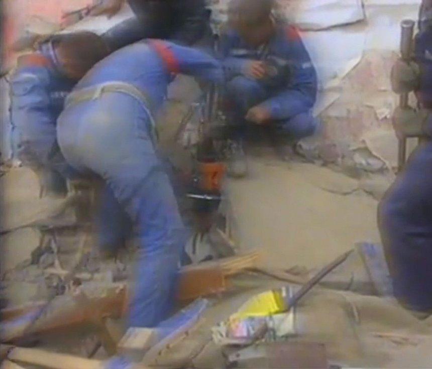 Odklízení trosek a vyprošťování lidí po zemětřesení v Něftěgorsku