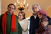 RODINKA. José (Josef Abrhám) s mexickou dcerou (Aislinn Derbez), českým synem (Igor Chmela) a jeho ženou (Danica Jurčová).