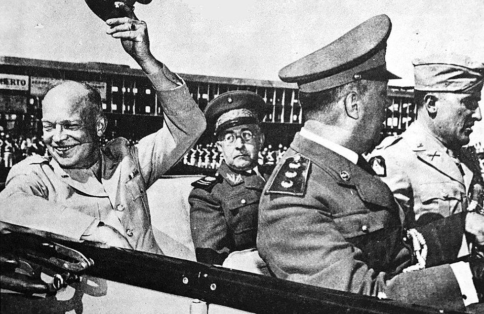 Vrchní velitel brazilského expedičního sboru Mascarenhas de Moraes ve společnosti vrchního velitele spojeneckých expedičních sil v Evropě Dwighta D. Eisenhowera