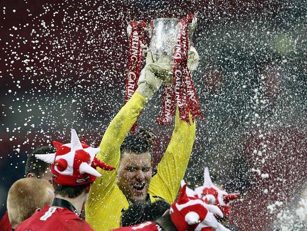 Hrdina penaltového rozstřelu finále Carling Cupu brankář Ben Foster s trofejí.