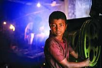 KDO VYROBIL VÁŠ DÁREK? Ekonomika v Bangladéši využívá děti ve všech odvětvích.