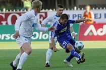 Útočník Sigmy Olomouc Pavel Šultes (v modrém) se snaží prosadit přes hráče Framu Reykjavík.