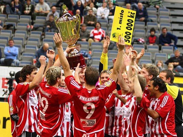 Fotbalisté Žižkova se radují z vítězství v halovém turnaji Fortuna víkend šampionů.