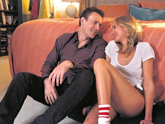 SEX TAPE. Cameron Diazová a Jason Segel se pokoušejí o humor. Sex radši nezkusili před kamerou vůbec.