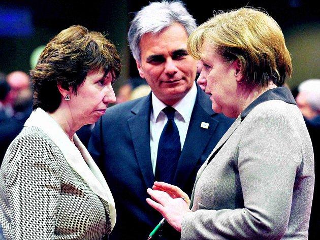 Rakouský kancléř Faymann (vlevo) by si z úspěchu Angely Merkelové (vpravo) rád něco přisvojil. Voliče přesvědčuje, že se s programem vítěze německých voleb v lecčems shoduje.