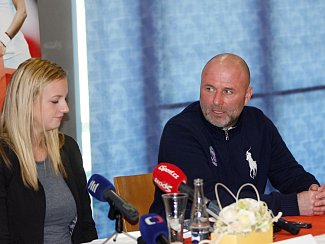 David Kotyza (vpravo) na tiskové konferenci vedle Petry Kvitové