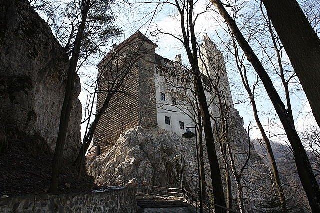 První zmínka o pevnosti na místě dnešního hradu Bran pochází z počátku 13. století