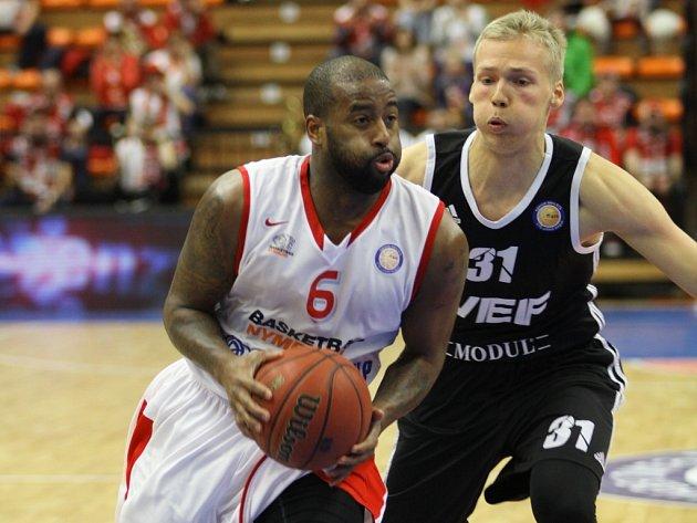 Basketbalisté Nymburka (v bílém) proti Rize.