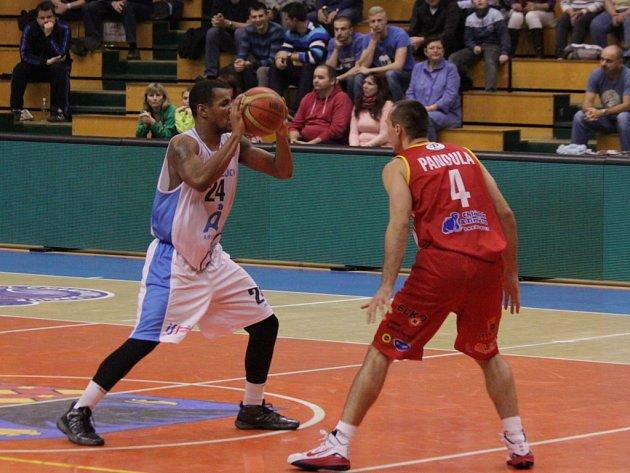 Basketbalisté Prostějova (v bílém) proti Pardubicím.