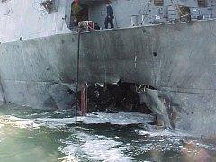 Raketový křižník USS Cole po útoku v Adenu v říjnu roku 2000.