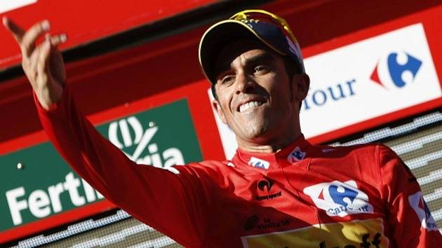 Alberto Contador v červeném dresu pro lídra Vuelty.