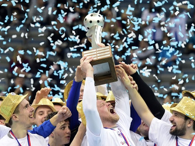 Florbalisté Chodova s trofejí pro extraligové šampiony.