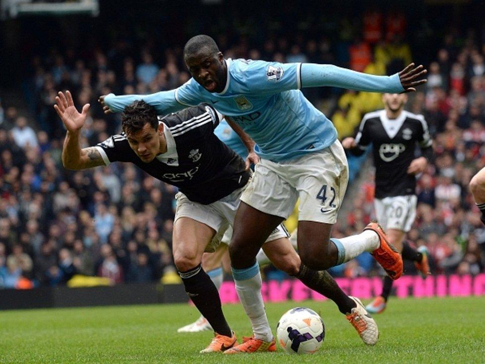 Yaya Touré z Manchesteru City (vpravo) a Dejan Lovren ze Southamptonu.