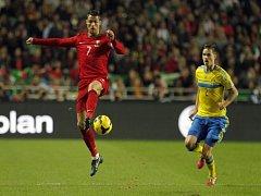 Portugalský kanonýr Cristiano Ronaldo (vlevo) si zpracovává míč před Mikaelem Lustigem ze Švédska.