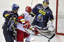 Tomáš Mertl z Hradce Králové (uprostřed) se snaží překonat brankáře Kladna Jana Cháberu.