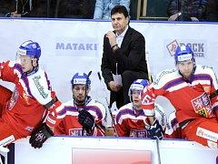 Trenér Vladimír Růžička (nahoře) uděluje pokyny svým svěřencům.