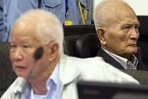 Nuon Chea a Khieu Samphan jsou obvinění z genocidy a zločinů proti lidskosti včetně mučení, zotročování a vražd.